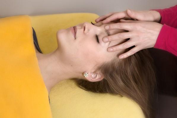Die craniosacrale Behandlung - achtsam, respektvoll, ganzheitlich - erlaubt eine sehr tiefe regenerative Entspannung. Ideal um Anspannung und starker Stressbelastung entgegen zu wirken. Als Burn-out Prävention geeignet.